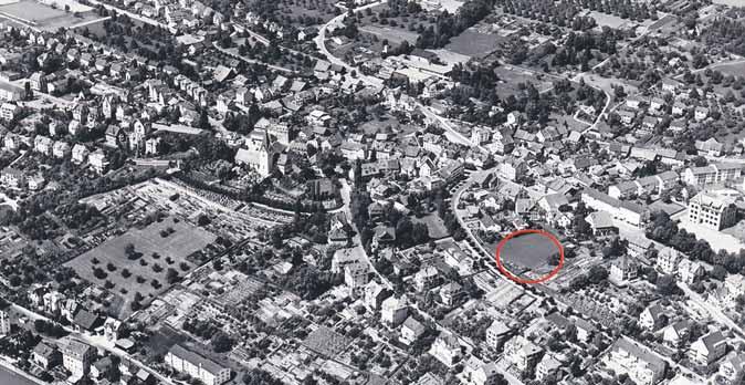 Höngg Ende der 50-er Jahre. Im roten Kreis wird das Kirchgemeindehaus gebaut